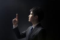 指を指すポーズをとるビジネス男性の横顔 33000004633| 写真素材・ストックフォト・画像・イラスト素材|アマナイメージズ
