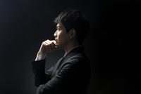 考え込むビジネス男性の横顔 33000004634| 写真素材・ストックフォト・画像・イラスト素材|アマナイメージズ