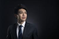 遠くを見つめるビジネス男性 33000004636| 写真素材・ストックフォト・画像・イラスト素材|アマナイメージズ