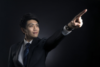指を指すポーズをとるビジネス男性 33000004637| 写真素材・ストックフォト・画像・イラスト素材|アマナイメージズ