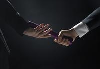 バトンを渡すビジネス男性の手元 33000004644| 写真素材・ストックフォト・画像・イラスト素材|アマナイメージズ
