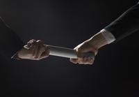 バトンを渡すビジネス男性の手元 33000004647| 写真素材・ストックフォト・画像・イラスト素材|アマナイメージズ