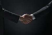 バトンを渡すビジネス男性の手元 33000004649| 写真素材・ストックフォト・画像・イラスト素材|アマナイメージズ