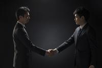 握手を交わすビジネス男性2人 33000004650| 写真素材・ストックフォト・画像・イラスト素材|アマナイメージズ