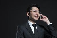 スマートフォンで通話するビジネス男性 33000004666| 写真素材・ストックフォト・画像・イラスト素材|アマナイメージズ