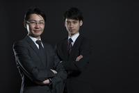 腕を組むビジネス男性2人 33000004668| 写真素材・ストックフォト・画像・イラスト素材|アマナイメージズ