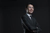 腕を組み微笑むビジネス男性 33000004673| 写真素材・ストックフォト・画像・イラスト素材|アマナイメージズ