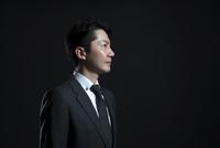 遠くを見つめるビジネス男性の横顔 33000004678| 写真素材・ストックフォト・画像・イラスト素材|アマナイメージズ