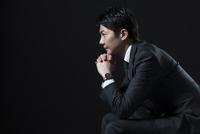 椅子に座り考え込むビジネス男性の横顔 33000004690| 写真素材・ストックフォト・画像・イラスト素材|アマナイメージズ