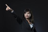 指を指すポーズをとるビジネス女性 33000004695| 写真素材・ストックフォト・画像・イラスト素材|アマナイメージズ