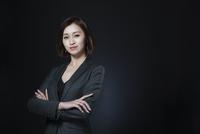 腕を組むビジネス女性 33000004702| 写真素材・ストックフォト・画像・イラスト素材|アマナイメージズ
