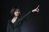 指を指すポーズをとるビジネス女性 33000004715| 写真素材・ストックフォト・画像・イラスト素材|アマナイメージズ