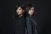 背中を合わせるビジネス女性2人 33000004718| 写真素材・ストックフォト・画像・イラスト素材|アマナイメージズ