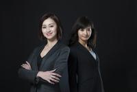 ビジネス女性2人のポートレート 33000004721| 写真素材・ストックフォト・画像・イラスト素材|アマナイメージズ