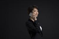 スマートフォンで通話するビジネス女性 33000004733| 写真素材・ストックフォト・画像・イラスト素材|アマナイメージズ
