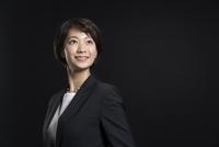 上を見上げ微笑むビジネス女性 33000004743| 写真素材・ストックフォト・画像・イラスト素材|アマナイメージズ