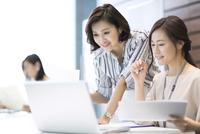 PCを見る2人のビジネス女性 33000004763| 写真素材・ストックフォト・画像・イラスト素材|アマナイメージズ