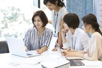 PCを見る4人のビジネス女性 33000004766| 写真素材・ストックフォト・画像・イラスト素材|アマナイメージズ