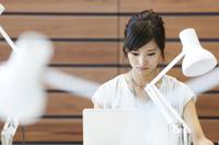PCを見るビジネス女性 33000004771| 写真素材・ストックフォト・画像・イラスト素材|アマナイメージズ