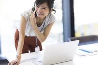 横を向いて電話するビジネス女性 33000004775| 写真素材・ストックフォト・画像・イラスト素材|アマナイメージズ