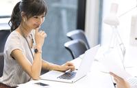 PCを見るビジネス女性 33000004781| 写真素材・ストックフォト・画像・イラスト素材|アマナイメージズ