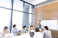 会議中のビジネスマン 33000004804| 写真素材・ストックフォト・画像・イラスト素材|アマナイメージズ