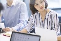 会議中のビジネス女性 33000004815| 写真素材・ストックフォト・画像・イラスト素材|アマナイメージズ