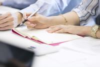 手帳に記入するビジネス女性の手元 33000004818| 写真素材・ストックフォト・画像・イラスト素材|アマナイメージズ