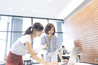 PCを見る2人のビジネス女性 33000004823| 写真素材・ストックフォト・画像・イラスト素材|アマナイメージズ