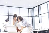 PCを見る2人のビジネス女性 33000004826| 写真素材・ストックフォト・画像・イラスト素材|アマナイメージズ