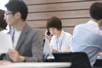 PCを見て電話をするビジネス女性 33000004832| 写真素材・ストックフォト・画像・イラスト素材|アマナイメージズ