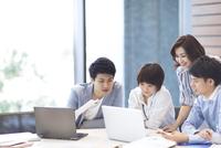 PCを見る男女4人のビジネスマン 33000004843| 写真素材・ストックフォト・画像・イラスト素材|アマナイメージズ