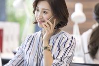 電話をするビジネス女性 33000004848| 写真素材・ストックフォト・画像・イラスト素材|アマナイメージズ