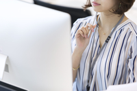 PCを見るビジネス女性 33000004854| 写真素材・ストックフォト・画像・イラスト素材|アマナイメージズ