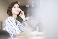 電話をするビジネス女性 33000004855| 写真素材・ストックフォト・画像・イラスト素材|アマナイメージズ