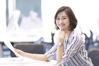 座って資料を持つビジネス女性 33000004856| 写真素材・ストックフォト・画像・イラスト素材|アマナイメージズ