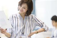 資料を持つビジネス女性 33000004858| 写真素材・ストックフォト・画像・イラスト素材|アマナイメージズ