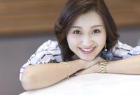 カメラ目線で笑顔のビジネス女性 33000004863| 写真素材・ストックフォト・画像・イラスト素材|アマナイメージズ