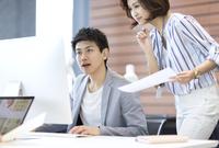 PCを見る男女のビジネスマン 33000004880| 写真素材・ストックフォト・画像・イラスト素材|アマナイメージズ