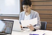 PCを見るビジネス男性 33000004904| 写真素材・ストックフォト・画像・イラスト素材|アマナイメージズ