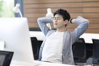PCの前の目を閉じるビジネス男性 33000004908| 写真素材・ストックフォト・画像・イラスト素材|アマナイメージズ