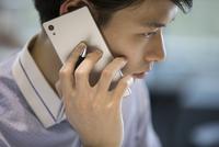 電話をするビジネス男性 33000004910| 写真素材・ストックフォト・画像・イラスト素材|アマナイメージズ