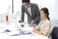 打ち合わせをする男女のビジネスマン 33000004914| 写真素材・ストックフォト・画像・イラスト素材|アマナイメージズ