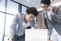 PCを見る2人のビジネス男性 33000004918| 写真素材・ストックフォト・画像・イラスト素材|アマナイメージズ