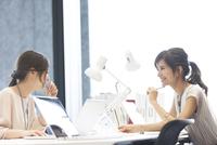 打ち合わせをする2人のビジネス女性 33000004920| 写真素材・ストックフォト・画像・イラスト素材|アマナイメージズ