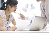打ち合わせをする2人のビジネス女性 33000004921| 写真素材・ストックフォト・画像・イラスト素材|アマナイメージズ