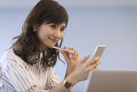 スマートフォンを持つビジネス女性 33000004928| 写真素材・ストックフォト・画像・イラスト素材|アマナイメージズ