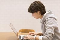 ノートパソコンを見るビジネス女性 33000004937| 写真素材・ストックフォト・画像・イラスト素材|アマナイメージズ