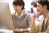 パソコンを見て打ち合わせをするビジネス男女 33000004939| 写真素材・ストックフォト・画像・イラスト素材|アマナイメージズ