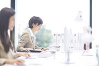 パソコンを見るビジネス女性 33000004945| 写真素材・ストックフォト・画像・イラスト素材|アマナイメージズ